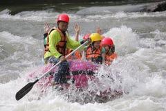 Gruppe von Personen, die auf Fluss mit Spritzenwasser August 28,2011 in Thailand flößt und rudert Lizenzfreies Stockbild