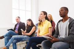 Gruppe von Personen, die auf Seminar, Kopienraum sitzt lizenzfreies stockfoto