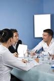 Gruppe von Personen, die bei der Sitzung spricht Stockbilder