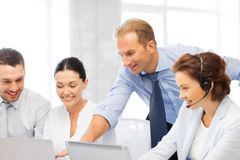 Gruppe von Personen, die in Call-Center arbeitet Lizenzfreies Stockfoto