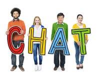 Gruppe von Personen, die Chat-Konzept halten steht stockbild