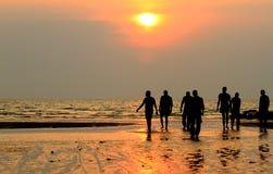 Gruppe von Personen, die den Sonnenuntergang genießt Stockbild