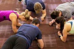 Gruppe von Personen, die in der Turnhalle trainiert Stockfotografie