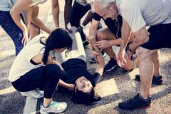 Gruppe von Personen, die eine verletzte Person unterstützt stockfotografie