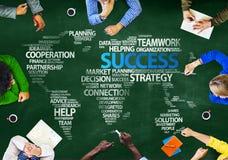 Gruppe von Personen, die Erfolgs-globales Frage-Konzept bespricht Stockbilder
