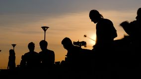 Gruppe von Personen, die ethnische Trommeln spielt stock video