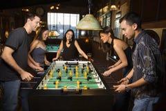 Gruppe von Personen, die Foosball spielt Stockfotos