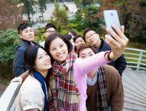Gruppe von Personen, die Foto selbst macht Stockfotos