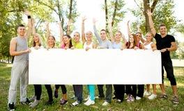 Gruppe von Personen, die großes Weißbuch anhält Stockfotos