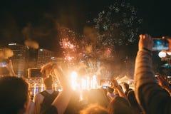 Gruppe von Personen, die helle funkende Feuerwerke an einem Festival genießt lizenzfreie stockbilder