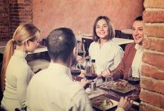 Gruppe von Personen, die heraus fröhlich im Landrestaurant speist Stockbilder