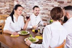 Gruppe von Personen, die heraus im Restaurant speist Stockfoto