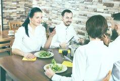 Gruppe von Personen, die heraus im Restaurant speist Lizenzfreie Stockfotos