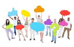 Gruppe von Personen, die Ideen teilt und Social Media-Ikonen hält Stockbild