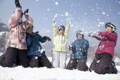 Gruppe von Personen, die im Schnee in Ski Resort spielt Lizenzfreie Stockfotos