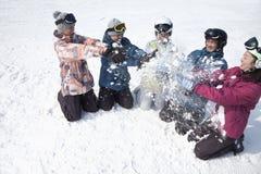 Gruppe von Personen, die im Schnee in Ski Resort spielt Lizenzfreie Stockbilder