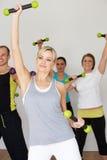 Gruppe von Personen, die im Tanz-Studio mit Gewichten trainiert lizenzfreie stockbilder