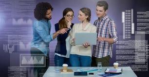 Gruppe von Personen, die an Laptop mit Schirmtextschnittstelle arbeitet Stockfotografie