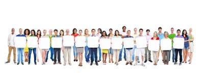 Gruppe von Personen, die 14 leere Plakate hält Stockfotos