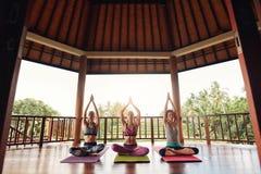 Gruppe von Personen, die Meditation in der Yogaklasse tut Lizenzfreie Stockfotos