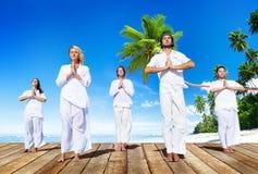 Gruppe von Personen, die Meditation mit Natur tut Lizenzfreie Stockfotos