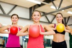 Gruppe von Personen, die mit Gymnastikbällen ausarbeitet Stockbild