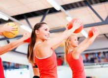 Gruppe von Personen, die mit Gymnastikbällen ausarbeitet Lizenzfreie Stockfotos