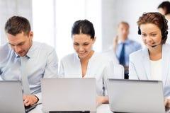 Gruppe von Personen, die mit Laptops im Büro arbeitet Stockbild