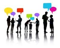 Gruppe von Personen, die mit Sprache-Blasen sich bespricht Lizenzfreie Stockbilder