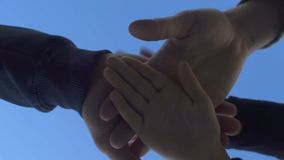 Gruppe von Personen, die Palmen zusammenfügt und Einheit oder Unterstützung, Teamarbeit zeigt stock video