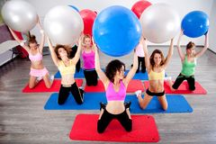 Gruppe von Personen, die pilates in einer Gymnastik tut Stockbilder