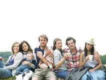 Gruppe von Personen, die sich draußen mit Kaffee entspannt Stockfotos