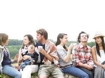 Gruppe von Personen, die sich draußen mit Kaffee entspannt Lizenzfreie Stockfotografie