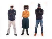 Gruppe von Personen, die Spaß mit Gläsern der virtuellen Realität hat lizenzfreie stockfotos