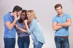 Gruppe von Personen, die Spaß und Klatsch über ihren Freund macht Lizenzfreie Stockfotografie