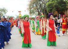 Gruppe von Personen, die an traditionellen Festivals teilnimmt Stockfoto