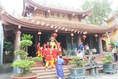 Gruppe von Personen, die an traditionellen Festivals teilnimmt Lizenzfreies Stockfoto