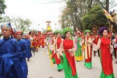 Gruppe von Personen, die an traditionellen Festivals teilnimmt Stockbild