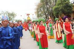 Gruppe von Personen, die an traditionellen Festivals teilnimmt Stockfotos