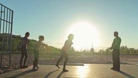 Gruppe von Personen, die trauning Übung mit Seil tut stock video