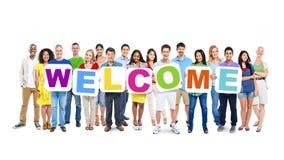 Gruppe von Personen, die Wort-Willkommen hält Lizenzfreie Stockfotos