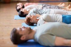 Gruppe von Personen, die Yogaübungen am Studio macht Lizenzfreie Stockfotografie