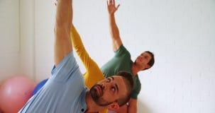 Gruppe von Personen, die Yoga 4k tut stock video