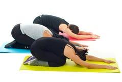 Gruppe von Personen, die Yoga tut Lizenzfreie Stockfotos