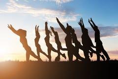 Gruppe von Personen, die Yoga tut stockfotos