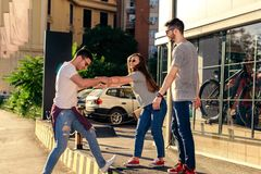 Gruppe von Personen, die zusammen geht outdoor Lizenzfreie Stockbilder