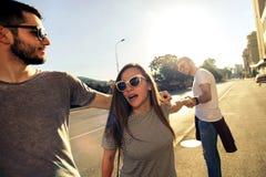 Gruppe von Personen, die zusammen geht outdoor Stockfotografie