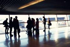 Gruppe von Personen in einem Flughafen lizenzfreie stockfotos