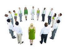 Gruppe von Personen in einem Kreis lokalisiert auf Weiß lizenzfreie stockbilder