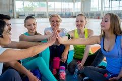Gruppe von Personen in einer Turnhalle lizenzfreies stockbild